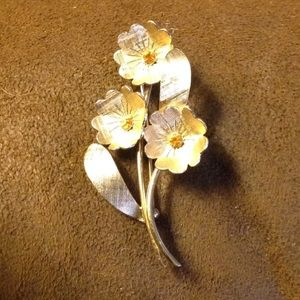 💲⬇️Napier gold tone flower pin Vintage